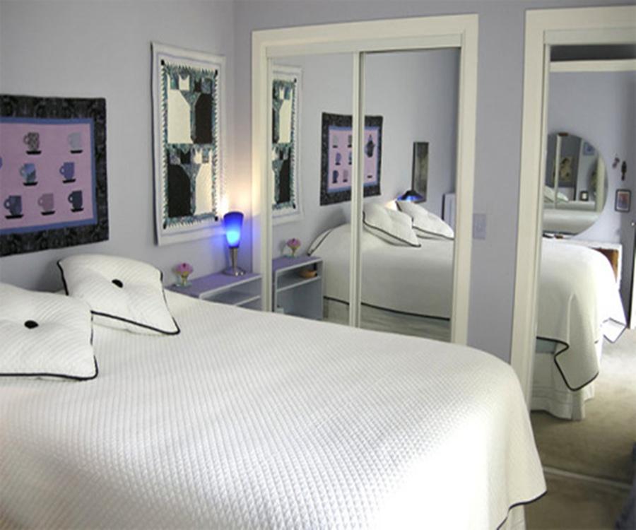 giường ngủ đối diện với gương